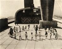 ronde d'enfants sur le toit de la cité radieuse, marseille by louis sciarli