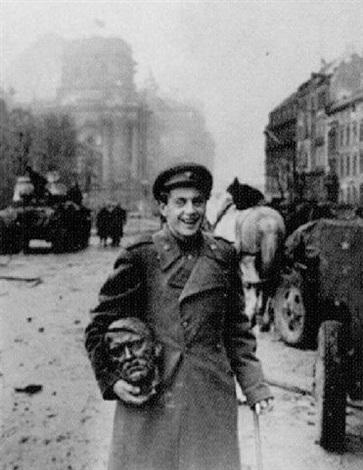 der kopf, berlin 1945 by jewgeni chaldej
