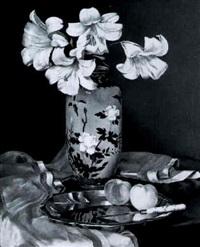 stilleben mit weißen lilien and pfirsichen by franz auner
