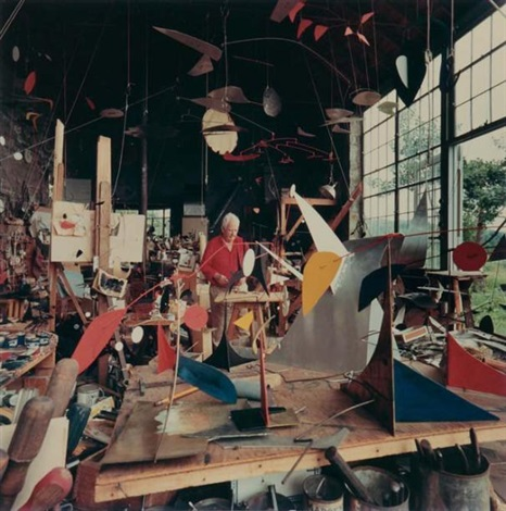 alexander calder dans son studio de roxbury, connecticut by andreas feininger