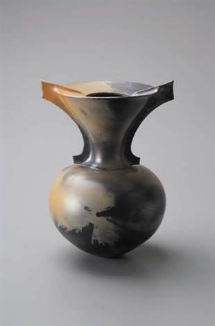 vase form by magdalene odundo