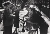 discussion d'adolescents à vélo by edouard boubat