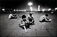 etudiants lisant à la lumière de la place tien an men, beijing by liu heung shing