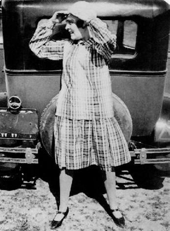 http://www.artnet.fr/WebServices/images/ll00171lld6mkFFgVeECfDrCWvaHBOc4tF/alexander-rodchenko-portrait-of-lily-brick-by-a-car.jpg