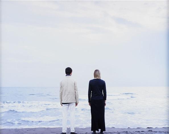 duex personnages au bord de la mer by elina brotherus