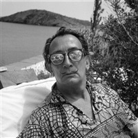 dali et les lunettes loupes sur sa terrasse à port lligat by pierre argillet
