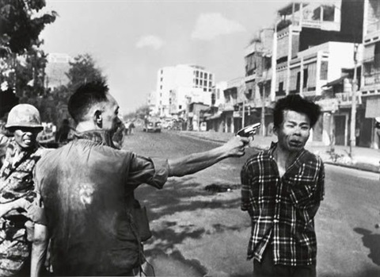 general nguyen ngoc loan executing viet cong prisoner nguyen van lém saigon by eddie adams