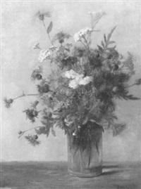 stilleben mit violettem blumenstrauss in gläserner vase by gisela czermak