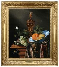 früchtestilleben mit trauben, orangen in einer delfter schale und einem buckelpokal by juriaen van streeck