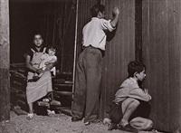 femme et enfant à l'extérieur du cirque de montreuil by agnès varda