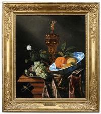 früchtestilleben mit trauben und orangen in einer delfter schale sowie einem buckelpokal by juriaen van streeck