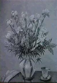 blumenstilleben mit tasse, iris und lupinien in vase by a. f. karstensen