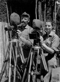 hans und monika ertl an ihren filmkameras bei den dreharbeiten zu dem dokumentarfilm hito-hito by hans ertl