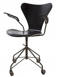una poltroncina su rotelle 3217 by arne jacobsen