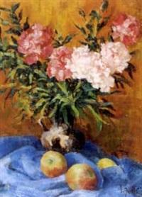 stillleben mit blumenvase und äpfeln auf blauer decke by samuel azuelos