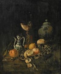 stilleben med frukter, krus, kanna och nautilus by juriaen van streeck