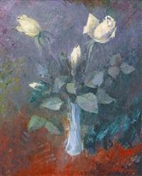 weisse rosen in blauer vase by walter hagen