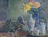 chinesisches stilleben: gelbe rosen in halsvase, teekanne, bronzehund, messingtablett, tasse by conrad felixmüller
