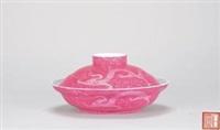 胭脂红料彩刻双龙串花图盖碗 (carved flowers and double dragon bowl with cover) by liang duishi