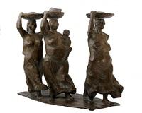 tres mujeres caminando con bateas by francisco zúñiga
