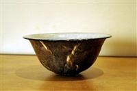 coupe évasée en céramique ; l'intérieur émaillé gris nuagé, l'extérieur brun nuancé veiné de noir et beige, rehaussé d'or by émile decoeur