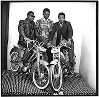 trois amis en motos by malick sidibé