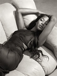 naomi sur canapé / naomi on the sofa by bettina rheims