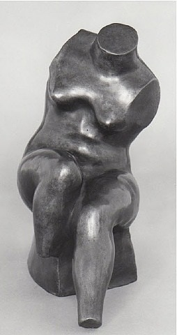 weiblicher torso auf block sitzend by hermann blumenthal