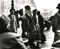 le baiser (the kiss), hotel de ville, paris, 1950<br /> printed: 1980s by robert doisneau