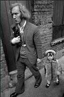 europe. england. london. whitechapel. man with his daughter and kitten in london's east end. by ian berry